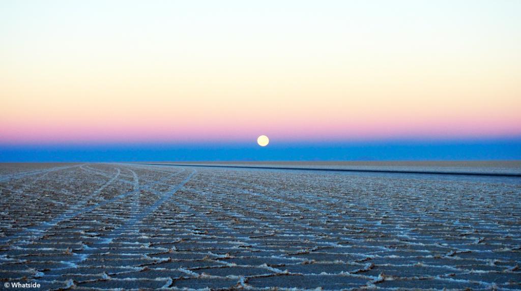 Coucher de lune et lever de soleil sur le Salar de Uyuni