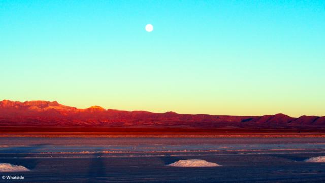 Lever de lune sur le Salar de Uyuni